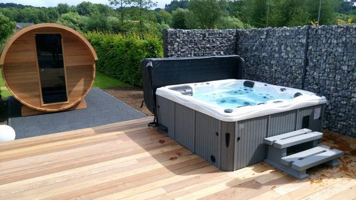 Barrel sauna met een Sunspa Jacuzzi in Frankrijk